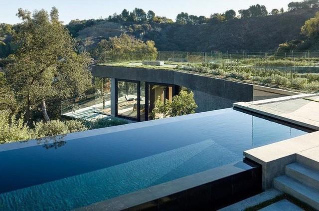 Cận cảnh bể bơi vô cực dài 75m của ngôi nhà.