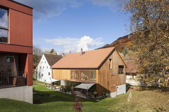 Thảm cỏ xung quanh giúp căn nhà như gần hơn với thiên nhiên.