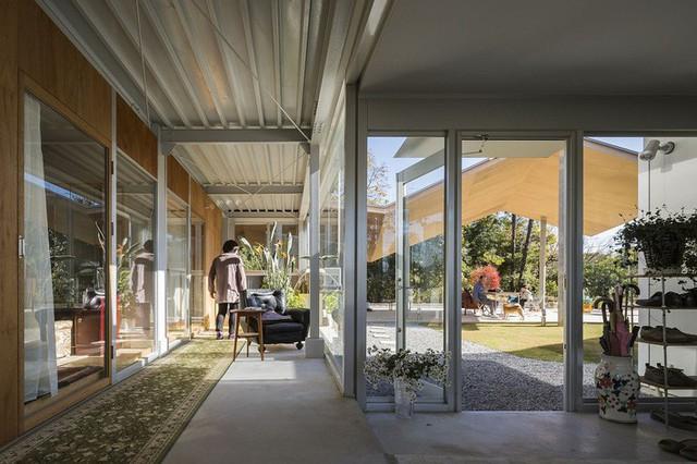 Nội thất mới của ngôi nhà được tân trang lại tràn ngập ánh sáng tự nhiên.