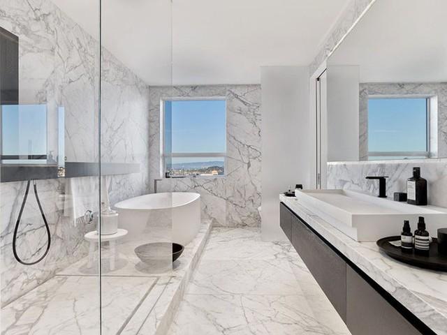 Những bức tường ốp đá cẩm thạch có khả năng chống thấm nước tuyệt vời.