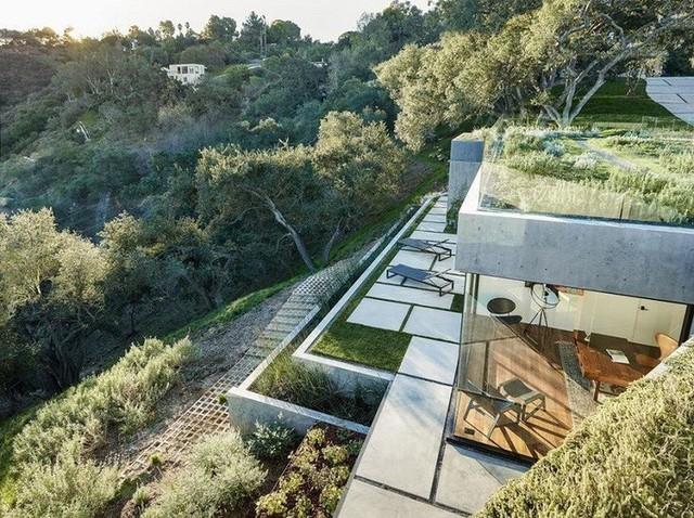 Được xây dựng chủ yếu bằng các khối đá và bê tông, ngôi nhà có cảm giác chắc chắn và an toàn dù không có các trụ lớn.