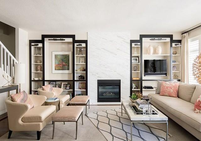 Sự góp mặt của bức tường ốp đá cẩm thạch mang đến vẻ đẹp sang trọng bên trong căn phòng khách gia đình.