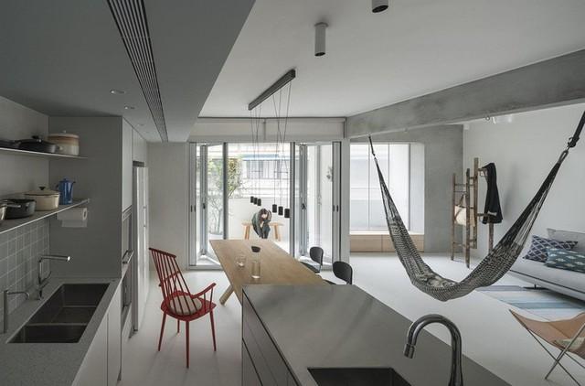 Tủ đựng đồ được bố trí sát tường kết hợp với kệ giúp không gian gọn gàng hơn.