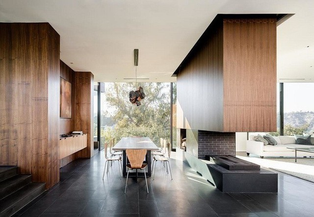 Ngôi nhà mất 2 năm để hoàn thành với các món đồ nội thất bằng gỗ hiện đại.