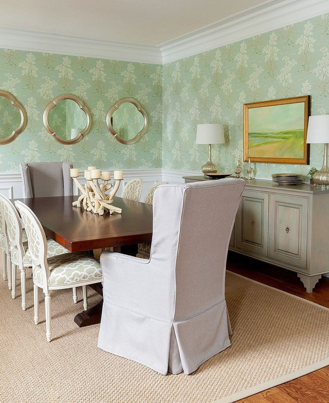 Phòng ăn có sự kết hợp của ghế ngồi màu trắng và hình nền tường màu xanh khá đáng yêu.