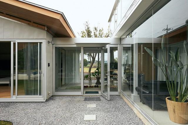Lối đi có mái che và khu vườn xen kẽ làm tăng thêm sức hấp dẫn vượt thời gian của ngôi nhà.