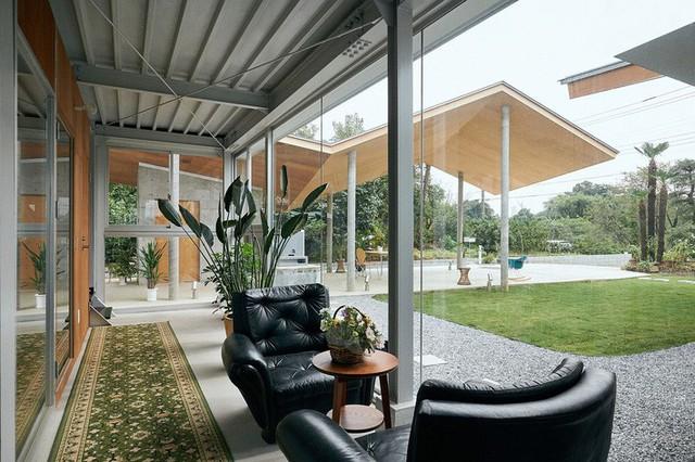 Vách kính đảm bảo rằng ngoài trời và trong nhà luôn là một không gian mở.