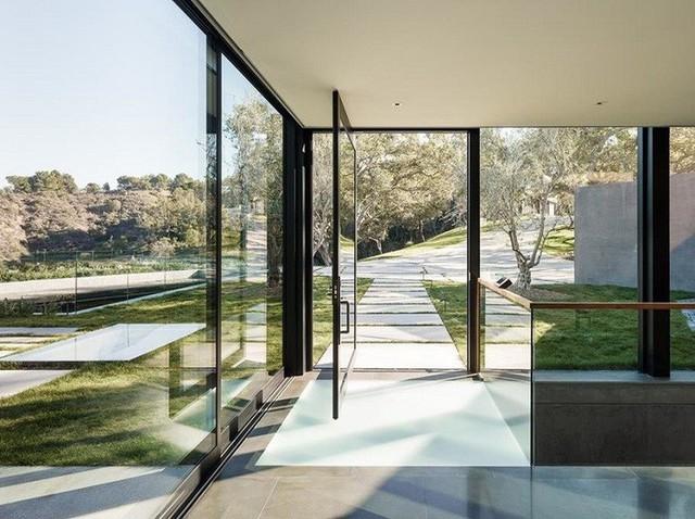 Vì quang cảnh bên ngoài của ngôi nhà quá đẹp nên những cửa kính trong suốt được sử dụng thay tường bao để tạo không gian mở.Trong nhà bếp, cửa sổ lớn cho tầm nhìn không bị cản trở ra hẻm núi.