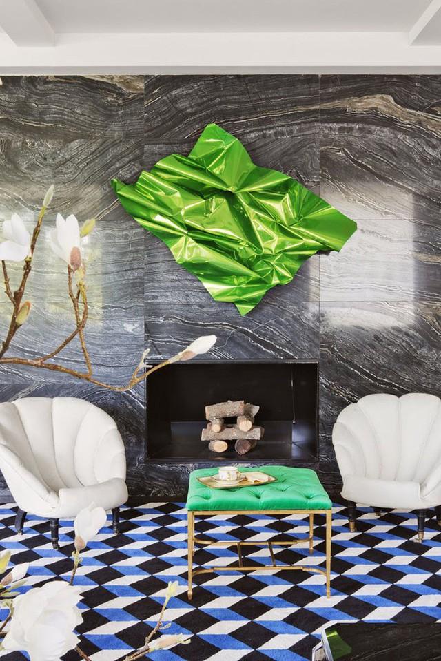 Không gian phòng khách đầy ấn tượng nhờ bức tường đá cẩm thạch đen với vân trắng rõ nét.