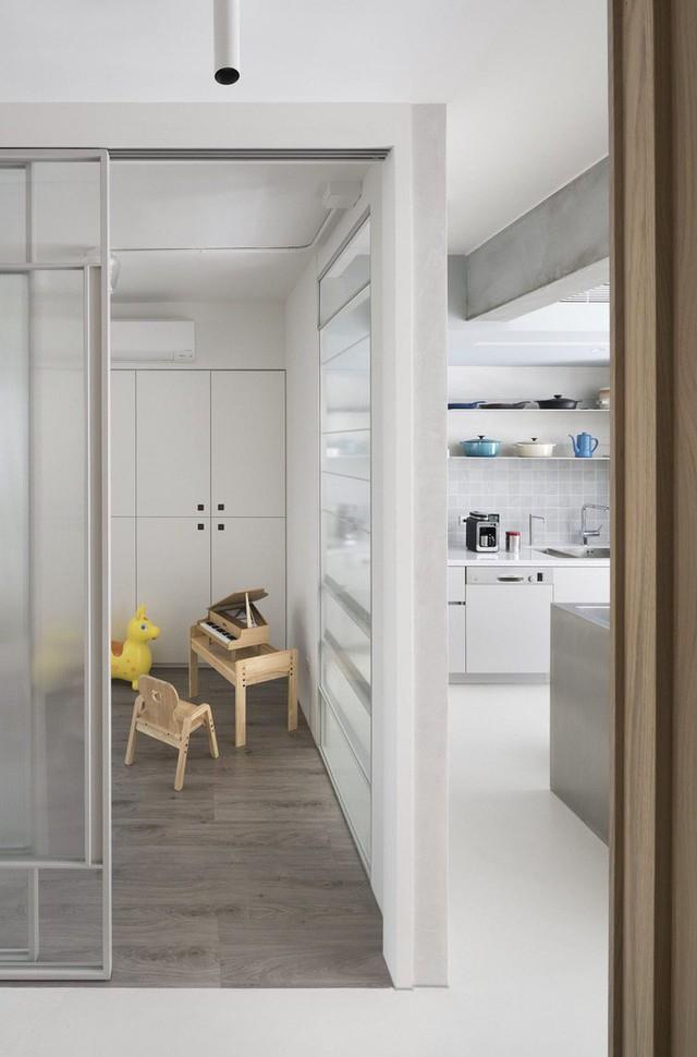 Các khu vực chức năng đều ưu tiên sử dụng nội thất liền tường, giảm bớt những vật dụng, phụ kiện trang trí không cần thiết tránh sự rườm rà, rối mắt khi ngắm nhìn tổng quát không gian.