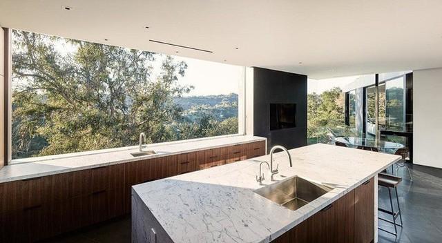 Trong nhà bếp, cửa sổ lớn cho tầm nhìn không bị cản trở ra ngoài cảnh quan của hẻm núi.