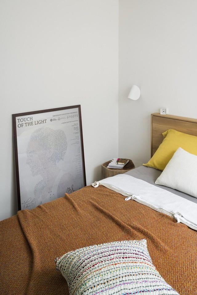 Phòng ngủ với màu đơn sắc, gọn đẹp, đáng yêu.