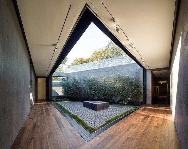 Yếu tố bất đối xứng được thể hiện ở khoảng sân nhỏ giữa nhà nơi được sử dụng là để nghỉ ngơi, riêng tư và khép kín.
