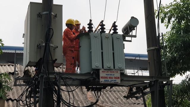 Các cán bộ sửa chữa điện sau khi bị kẻ trộm ghé thăm. Ảnh: H.Long