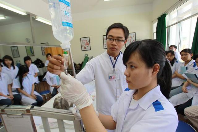 Sinh viên ngành y Trường ĐH Y khoa Phạm Ngọc Thạch (TP.HCM) trong một buổi thực hành trên mô hình bệnh nhân. Ảnh: Tuổi trẻ.