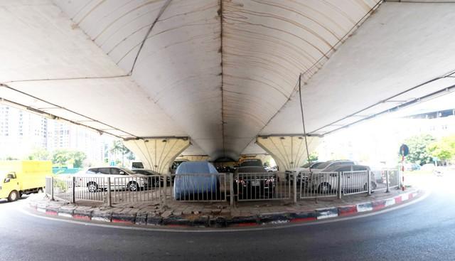 Rất nhiều gầm cầu vượt tại Hà Nội từ lâu nay trở thành điểm trông giữ các phương tiện ô tô, xe máy.