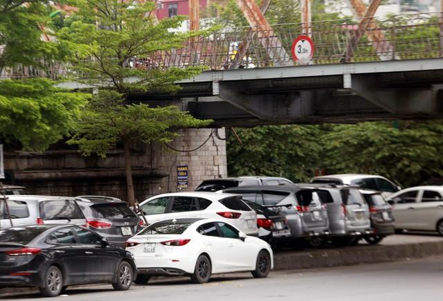 """Tuy nhiên,tại Điểm c, Khoản 4, Điều 18 Luật Giao thông đường bộ quy định: """"Người điều khiển phương tiện không được dừng xe, đỗ xe trên cầu, gầm cầu vượt""""."""