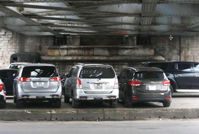 Tại chân cầu Chương Dương (Hoàn Kiếm - Hà Nội) cũng bất ngờ biến thành bãi trông giữ xe. Việc này ảnh hưởng không nhỏ đối với an toàn giao thông đường sắt.