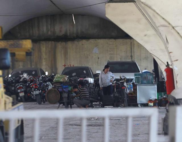 Hoạt động trông giữ xe tại các chân cầu vượt như: Cầu vượt Láng - Cầu Giấy; cầu vượt Mai Dịch, cầu vượt Vĩnh Tuy, cầu vượt Giải Phóng - Trường Chinh... vẫn diễn ra rầm rộ.