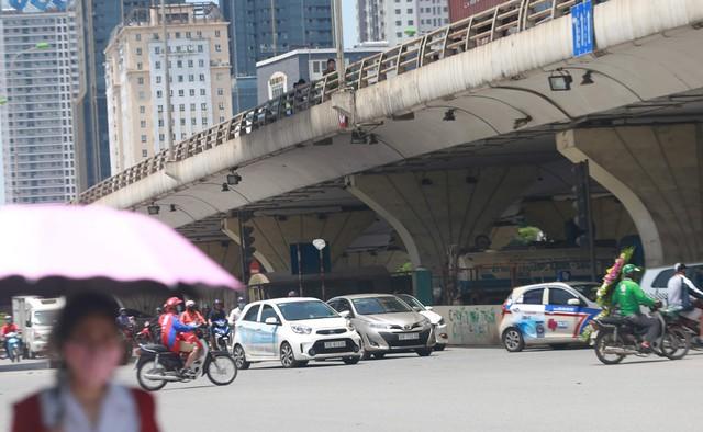 Lý do phía UBND TP Hà Nội cho biết, do nhu cầu trông giữ phương tiện trên địa bàn rất lớn. Trong khi đó bến, bãi đỗ xe công cộng theo quy hoạch vẫn trong quá trình đầu tư xây dựng, chưa hoàn chỉnh.