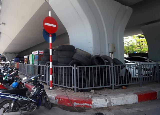 Một điểm trông giữ xe người dân còn tận dụng đựng lốp ô tô, tiềm ẩn nguy cơ cháy nổ.
