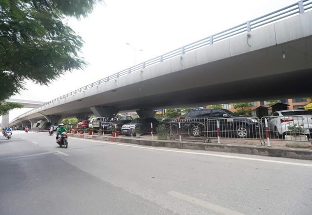Điểm trông giữ xe tại khu vực cầu vượt Láng - Cầu Giấy.