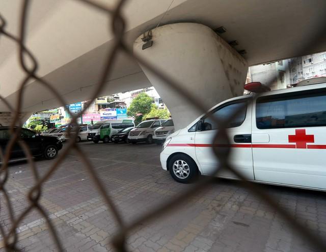 Theo Sở GTVT Hà Nội, mới bố trí được khoảng 91,16ha (chiếm 0,21% đất xây dựng đô thị). Bởi vậy, thành phố đang rơi vào cảnh thiếu điểm, bãi đỗ xe nghiêm trọng. Đây chính là những lý do khiến các bãi xe dưới gầm cầu vượt cạn vẫn tồn tại cho đến bây giờ.