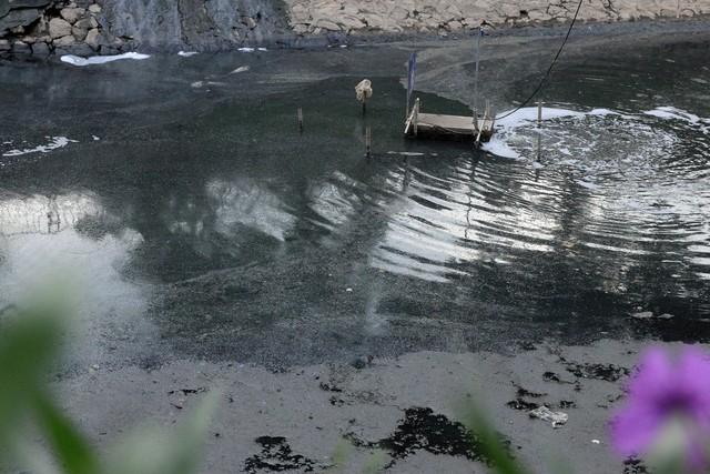 Hình ảnh sông Tô Lịch cạn đáy, lộ thiên lớp bùn hôi thối dưới đáy sông. ảnh: Bảo Loan