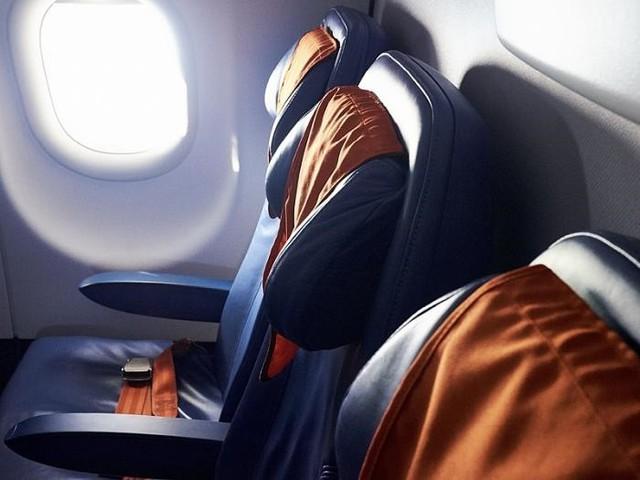 Những chiếc gối tựa đầu gắn trên ghế giúp hành khách cảm thấy thoải mái hơn trong suốt quá trình bay. Nhờ có chúng, hành khách sẽ giảm bớt được những cơn đau nhức vùng vai gáy và cổ do phải ngồi yên một chỗ trong thời gian dài. Ảnh: Permagard.       Tuy nhiên, bạn không thể ngờ rằng đây lại là nơi tập trung nhiều nhất các loại nấm và vi khuẩn có hại. Trong số đó có E.Coli, một loại vi khuẩn gây đau bụng, nôn mửa và tiêu chảy cấp. Ảnh: Aviation.        Túi đựng đồ sau ghế là nơi đựng các cuốn tạp chí, tài liệu hay những chai nước lọc. Trên thực tế, không thể phủ nhận rằng có một bộ phận hành khách vẫn thường vứt túi nôn hay bất cứ các loại rác thải nào vào đây. Ảnh: Airline Reporter.        Sau mỗi chuyến bay, những chiếc túi này đều được các nhân viên dọn dẹp, nhưng không ai có thể chắc chắn rằng chúng đã sạch sẽ hoàn toàn. Trên thực tế, có những chuyến bay mà thời gian nghỉ ngắn đến mức nhân viên còn bỏ sót rác ở trong đó, chứ chưa nói tới việc lau chùi sạch sẽ. Ảnh: Airline Reporter.        Đây là thứ ít người để ý nhất nhưng lại là nơi nguy hiểm nhất. Nút chốt cửa nhà vệ sinh trên máy bay có diện tích bề mặt nhỏ bé nhưng lại là nơi chứa đựng rất nhiều vi khuẩn. Ảnh: Traveller.        Mỗi ngày, có đến hàng trăm bàn tay bẩn chạm vào nó, vì vậy đây chính là nơi trú ngụ lý tưởng của các vi khuẩn có hại. Chưa kể đến việc đây lại là khu vực phòng vệ sinh, thì mức độ bẩn lại càng nghiêm trọng hơn. Ảnh: Traveller.        Nếu nhìn qua, bạn sẽ thấy những chiếc khay bằng nhựa đựng đồ ăn khá sạch sẽ. Tuy nhiên, vì là đồ công cộng, chúng vẫn chứa đựng vô số vi khuẩn có hại. Vì thế, bạn hãy tránh để đồ ăn trực tiếp vào khay mà nên cho vào hộp đựng. Ảnh: Healthline.        Dây an toàn cũng là thứ chứa đựng nhiều vi khuẩn có hại. Do đó, hành khách nên vệ sinh tay sạch sẽ để hạn chế mầm bệnh, đảm bảo sức khỏe cho bản thân và mọi người. Ảnh: Traveller.         Cũng giống như túi đựng phía trước ghế ngồi, bàn ăn trên máy bay cũng là nơi trú ngụ của nhiều loại vi khuẩn khi phải tiếp