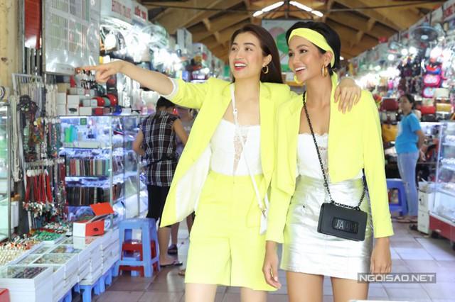 Hoa hậu HHen Niê (phải) và Á hậu Lệ Hằng mới dành thời gian dạo chơi chợ Bến Thành và mua sắm những món đồ yêu thích.