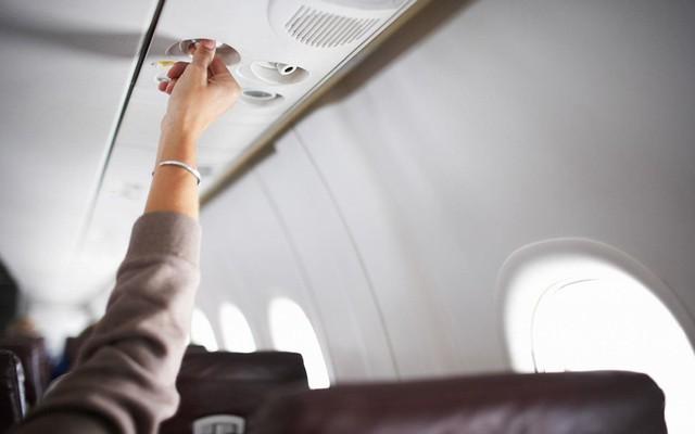 Theo TravelMath, lượng vi khuẩn trên bề mặt của nút chỉnh điều hòa lên tới 286 CFU/sq (286 vi khuẩn/6,5 cm2). Đây là thứ được sử dụng rất thường xuyên và nhiều người đụng vào trong mỗi chuyến bay. Vì vậy tốt hơn hết là bạn nên tự bảo vệ chính bản thân mình bằng một chiếc khăn giấy hoặc lọ nước rửa tay khô. Ảnh: Travel + Leisure.