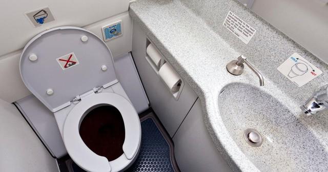 Trung bình một nhà vệ sinh trên máy bay phục vụ tới 50 hành khách trong mỗi chuyến bay. Do đó, khu vực này sẽ là nơi trú ngụ và là môi trường lý tưởng của nhiều loại vi khuẩn có hại nhất. Trong các mẫu thử, các nhà khoa học đã tìm thấy loại vi khuẩn trong phân E. coli trên bề mặt các bồn rửa, nút xả toilet và bệ ngồi. Ảnh: Mirror.