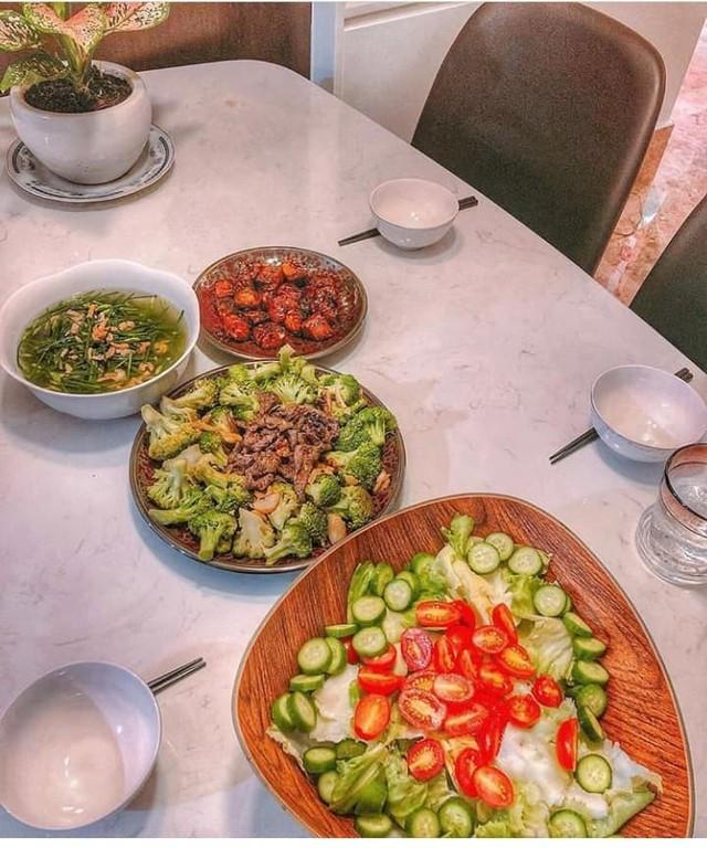 Mỗi bữa ăn luôn được Lan Khuê chăm chút kỹ lưỡng.