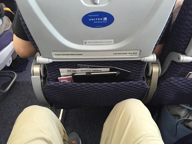 Sau mỗi chuyến bay, những chiếc túi này đều được các nhân viên dọn dẹp, nhưng không ai có thể chắc chắn rằng chúng đã sạch sẽ hoàn toàn. Trên thực tế, có những chuyến bay mà thời gian nghỉ ngắn đến mức nhân viên còn bỏ sót rác ở trong đó, chứ chưa nói tới việc lau chùi sạch sẽ. Ảnh: Airline Reporter.