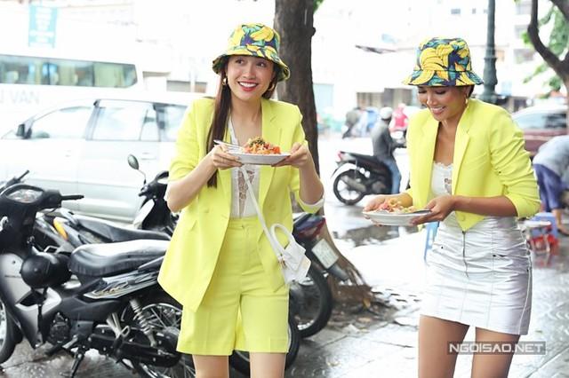 Bận rộn với nhiều lịch trình trước đó khiến HHen và Lệ Hằng đói bụng. Họ tranh thủ mua hai đĩa bánh để ăn lót dạ.