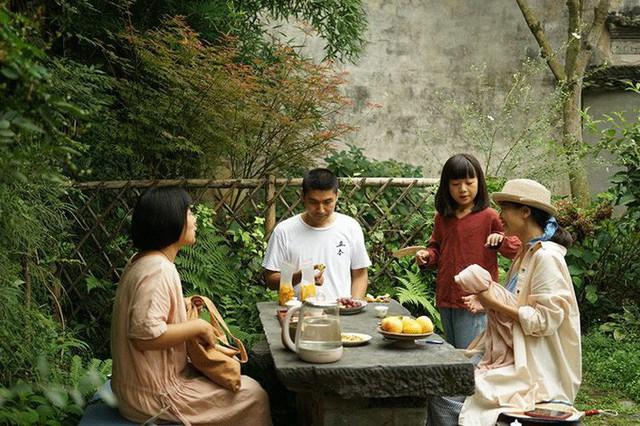 Vợ chồng trẻ thường xuyên tiếp đón bạn bè ghé thăm.
