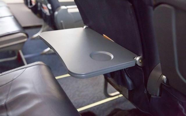 Cũng giống như túi đựng phía trước ghế ngồi, bàn ăn trên máy bay cũng là nơi trú ngụ của nhiều loại vi khuẩn khi phải tiếp xúc với nhiều loại đồ dùng của hành khách. Đây còn được xem như thùng rác tại chỗ khi rất nhiều hành khách vứt bã kẹo cao su. Thậm chí, họ còn tiện tay đặt những chiếc bỉm của trẻ con lên đó. Ảnh: Travel + Leisure.