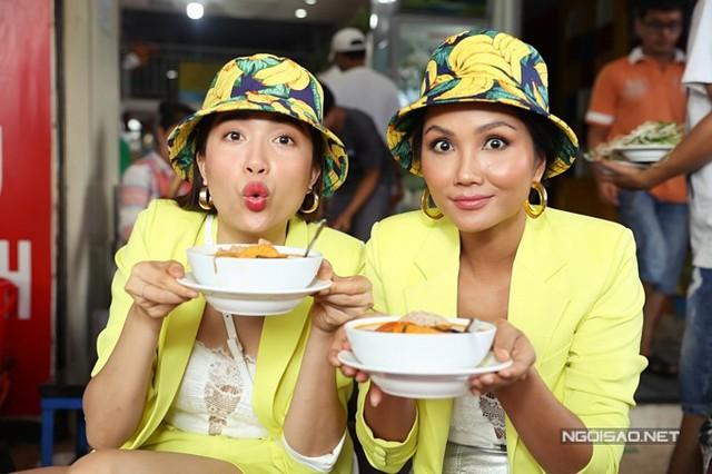 Họ còn thưởng thức món bún riêu ở một hàng nổi tiếng kế bên chợ Bến Thành.
