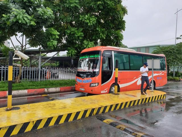 Nhiều phương tiện sau khi xuất khỏi bến xe tỉnh Thái Nguyên chỉ có khoảng 3-5 hành khách. Ảnh: PV