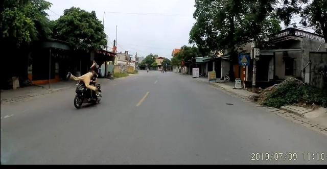 Hình ảnh lái xe máy lao thẳng vào cảnh sát giao thông ở Hải Phòng.