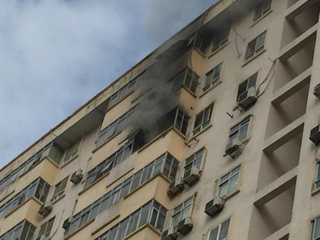 Hà Nội: Cháy ở chung cư Nam Trung Yên, người dân hốt hoảng chạy xuống đường - Ảnh 1.