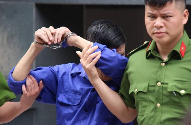 Bị cáo Nguyễn Kim Hưng được áp giải tới phiên xét xủ sáng 11/7