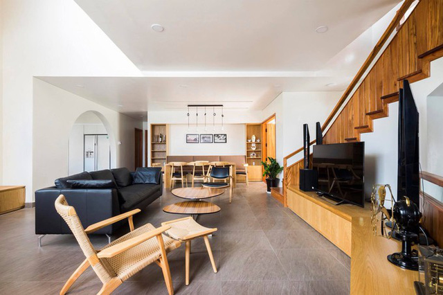 Song song với kiến trúc chịu đồng thời ảnh hưởng của biệt thự xưa và nhà hiện đại, nội thất ngôi nhà cũng là sự pha trộn giữa truyền thống và hiện đại, giống như đồ gỗ bên cạnh sofa da.