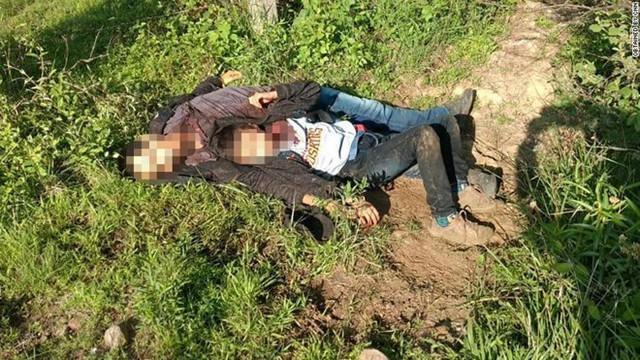 Hai cha con di cư bị cắt cổ vứt bên vệ đường ở bang Veracruz, Mexico . Ảnh: CNN.