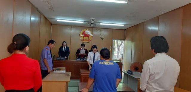 Thị Nở đang nghe tòa tuyên án. Ảnh: Tân Châu