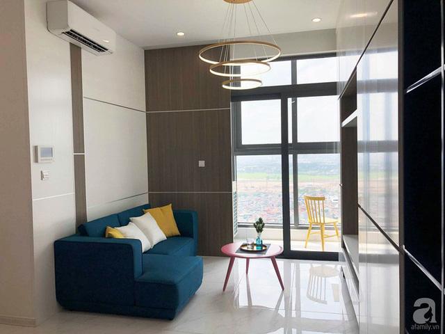 Không gian phòng khách được decor sáng và thoáng nhờ sàn lát gạch vân đá, bức tường phía sau sofa được nẹp inox tạo vẻ đẹp sang trọng, bắt mắt.