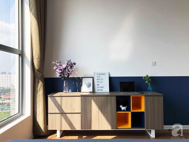 Góc đặt kệ tivi tạo điểm nhấn với đồ trang trí, màu sắc trên tường tạo độ sâu rộng và thanh lịch cho không gian.