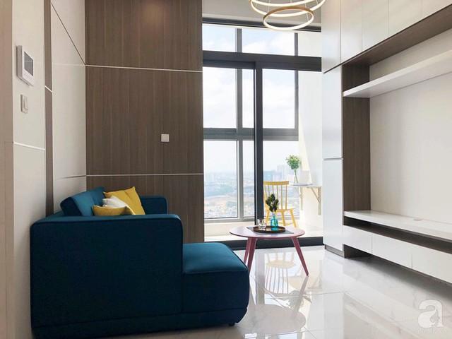 Sự kết hợp khéo léo của ghế sofa chữ L màu xanh cổ vịt cùng bàn tròn màu hồng mang lại cho không gian sinh hoạt chung của gia đình nét sinh động và cá tính.