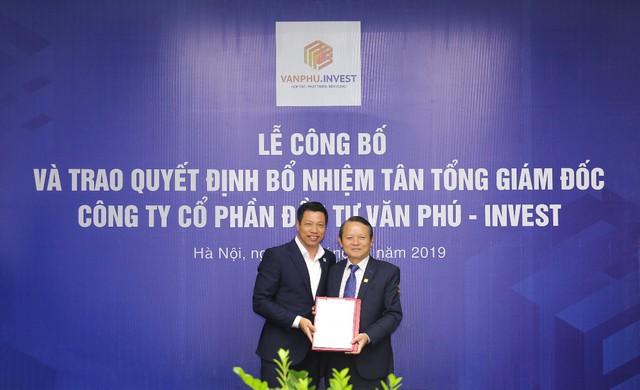 Chủ tịch HĐQT Tô Như Toàn (bên trái) trao quyết định bổ nhiệm cho Tân Tổng giám đốc Đoàn Châu Phong (bên phải)