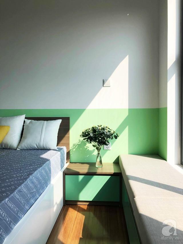 Căn phòng của con gái được chọn màu hồng làm gam màu nhấn. Không gian nền nã hơn khi KTS khéo léo kết hợp màu hồng của sơn tường với tủ đựng đồ cánh trượt màu trắng.
